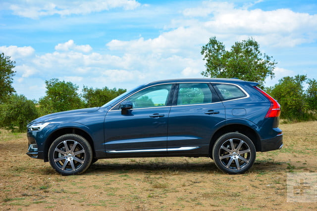 Side view (perpendicular) view of the 2018 Volvo XC60.