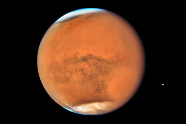 mars is the nearest to earth its been in 15 years so hubble took some photos stormy opposition 2018