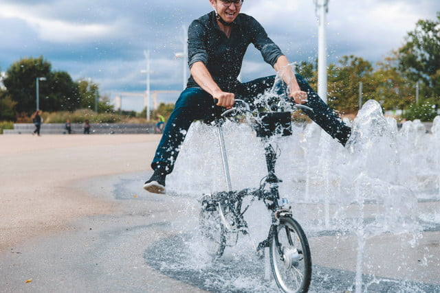 compact swytch kit converts any bike to an e for sustainable transport 4