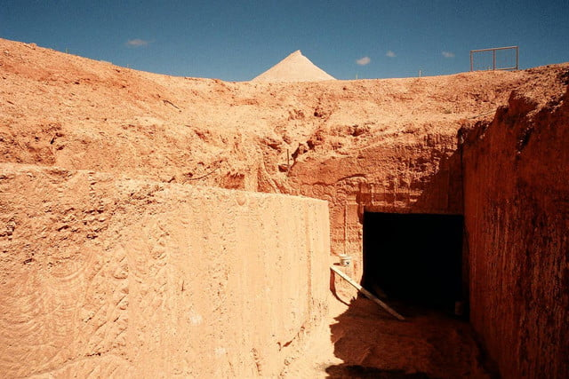 coober pedys residents live in underground dugouts tom s working opal mine 002