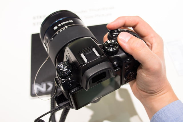 samsungs nx1 4k shooting beast puts mirrorless competition shame samsung in hand